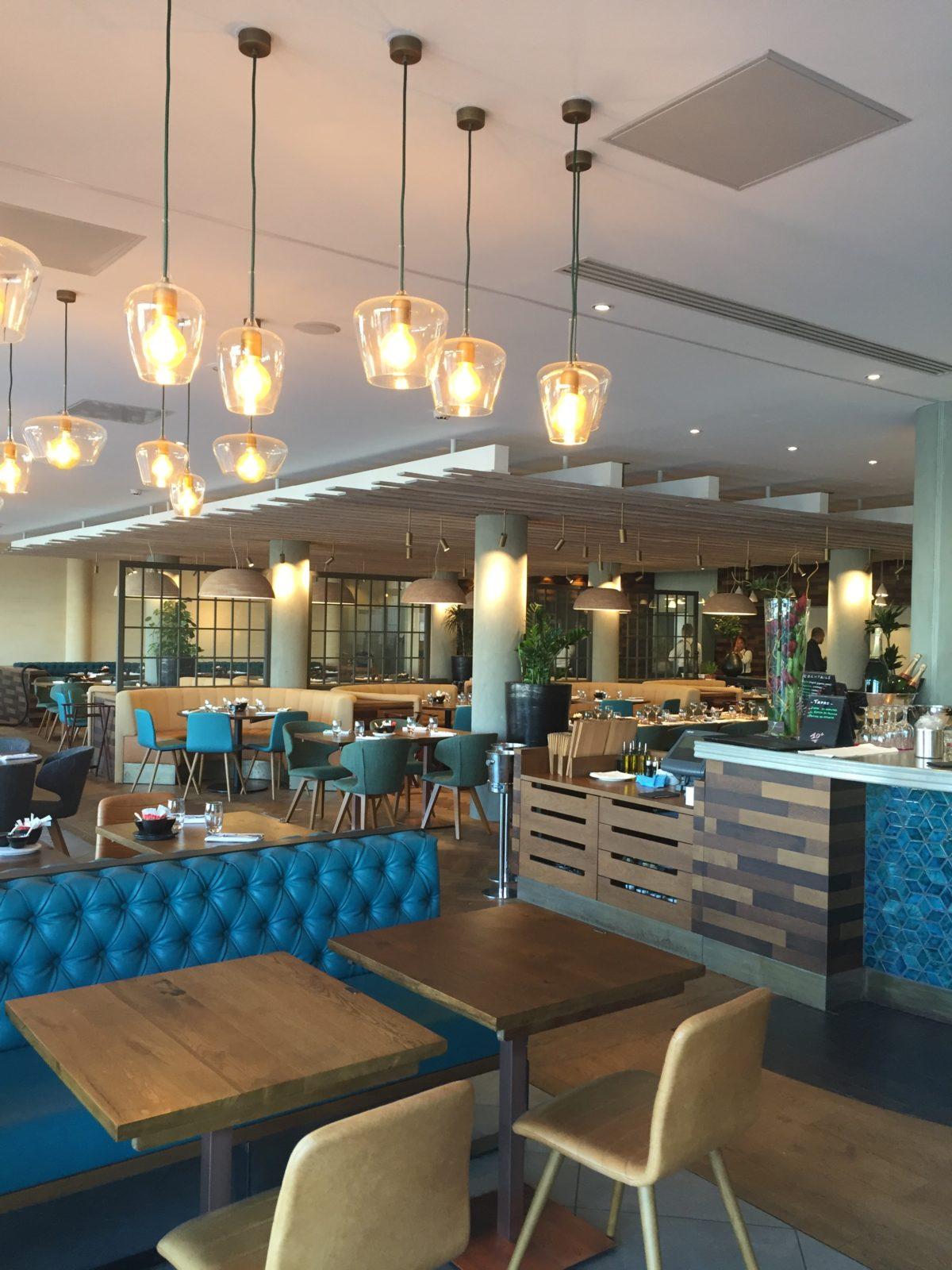 réalisation d'un faux plafond aspect bois pour un restaurant
